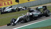 Jezdci Mercedesu to dnes nezvládli - nebo dle názoru zkušených lidí z paddocku spíše Hamilton