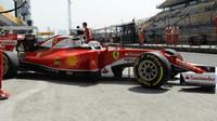 Sebastian Vettel vyjíždí z boxů při pátečním tréninku v Číně