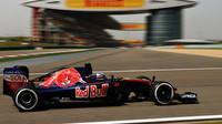 Max Verstappen při pátečním tréninku v Číně