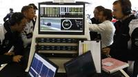 Fernando Alonso a Jenson Button zkoumaji data v Číně