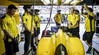 Tým Renault čeká na výjezd z boxů v kvalifikaci v Číně