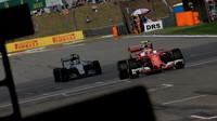 Kimi a Lewis Hamilton při použití DRS v závodě v Číně