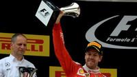 Sebastian Vettel se svou trofejí na pódiu v Číně