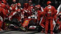 Sebastian Vettel při zastávce v boxech v závodě v Číně