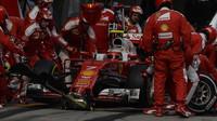 Kimi při zastávce v boxech v závodě v Číně