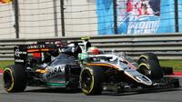Nico Hülkenberg předjíždí Estebana Gutiérreze v závodě v Číně