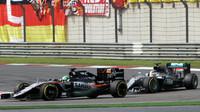 Nico Hülkenberg a Lewis Hamilton v závodě v Číně