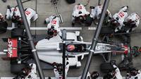 Romain Grosjean při zastávce v boxech v závodě v Číně