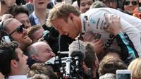 Nico Rosberg se raduje z vítězství po závodě v Číně