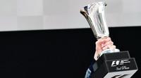 Trofej Daniila Kvjata po závodě v Číně