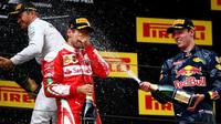 Tři nejlepší jezdci se radují na pódiu po závodě v Číně