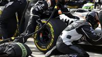 Přezouvání pneumatik týmu Force India v závodě v Číně