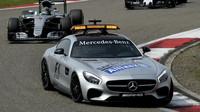 Safety car a za ním Nico Rosberg v závodě v Číně