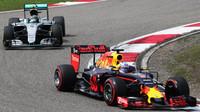 Daniel Ricciardo před Nicem Rosbergem v závodě v Číně