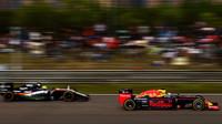 Daniel Ricciardo a Sergio Pérez v závodě v Číně