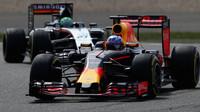 Daniel Ricciardo a Nico Hülkenberg v závodě v Číně