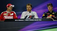 Sebastian Vettel, Nico Rosberg a Daniil Kvjat na tiskovnce po závodě v Číně