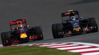 Daniel Ricciardo a Carlos Sainz v závodě v Číně