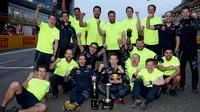 Daniil Kvjat se svými mechaniky po závodě v Číně