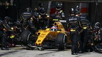 Jolyon Palmer při zastávce v boxech v závodě v Číně