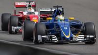 Marcus Ericsson a Sebastian Vettel v závodě v Číně