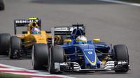 Marcus Ericsson a Jolyon Palmer v závodě v Číně