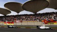 Felipe Massa a Lewis Hamilton v závodě v Číně