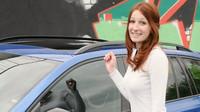 Přítomné slečně se nová Škoda Octavia Combi RS TDI moc líbí