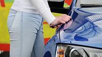 Krásné ženské tvary vedle povedené Škody Octavia Combi RS TDI