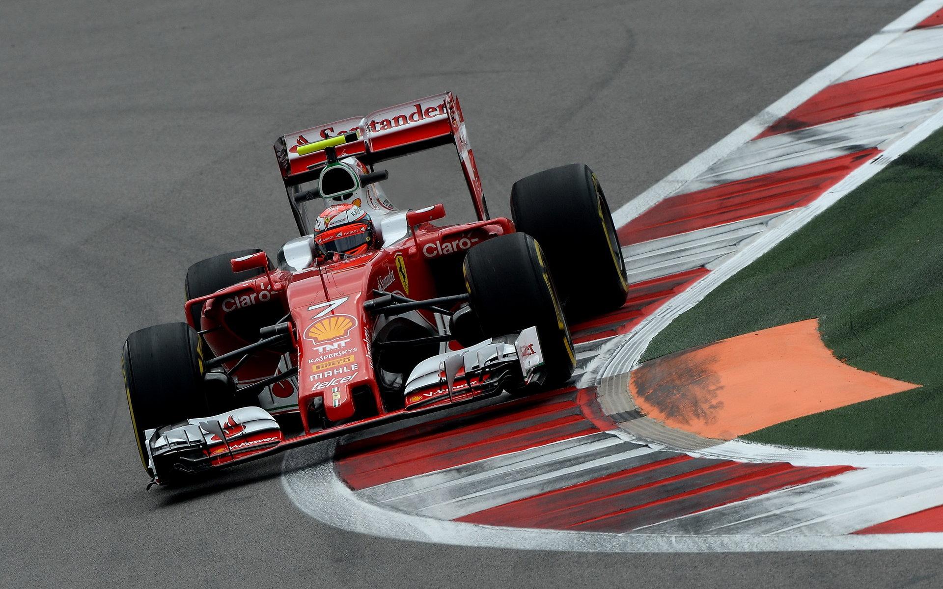 Kimi Räikkönen při pátečním tréninku v Soči