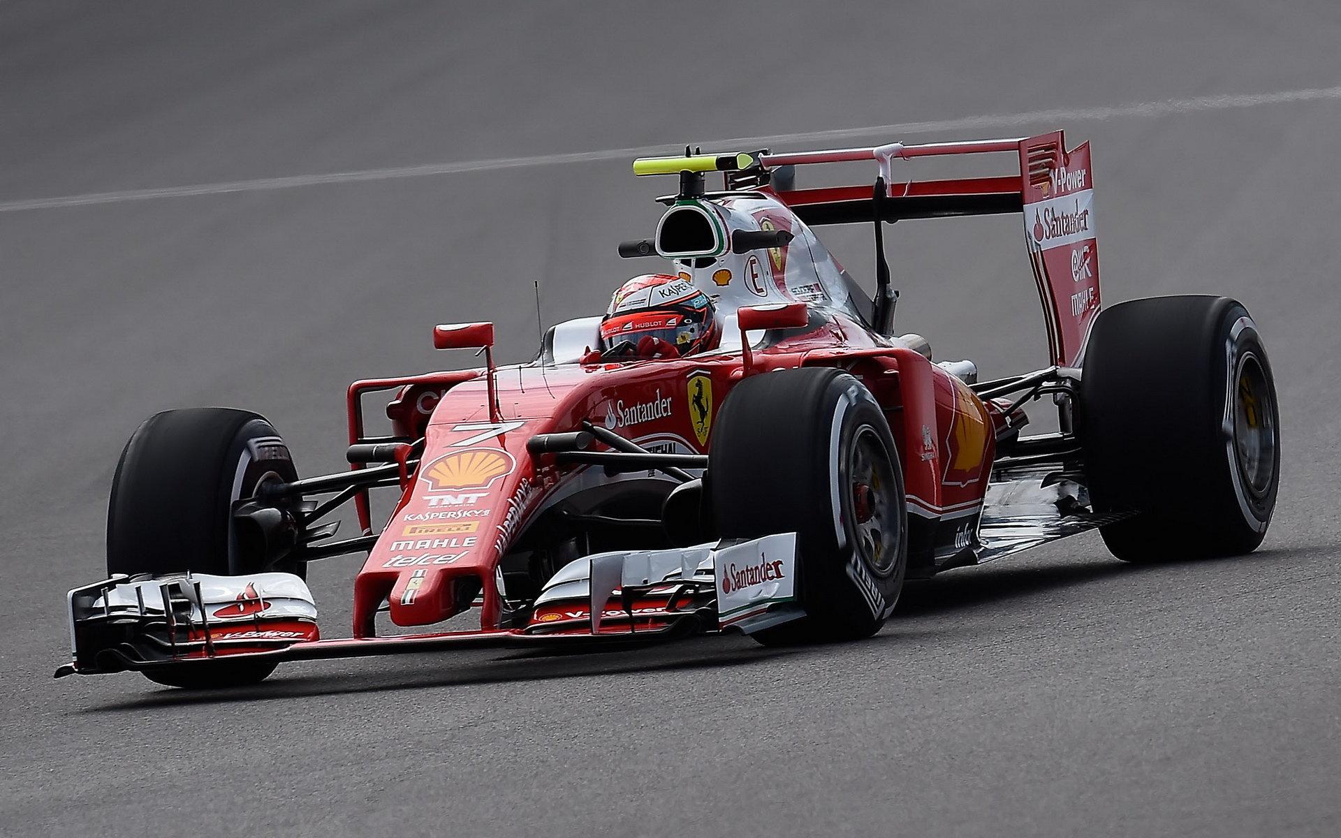 Kimi Räikkönen při pátečním tréninku za pužití DRS v Soči