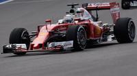 Sebastian Vettel při pátečním tréninku v Soči