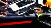 Daniel Ricciardo a ochrana kokpitu vozu Red Bull v Soči