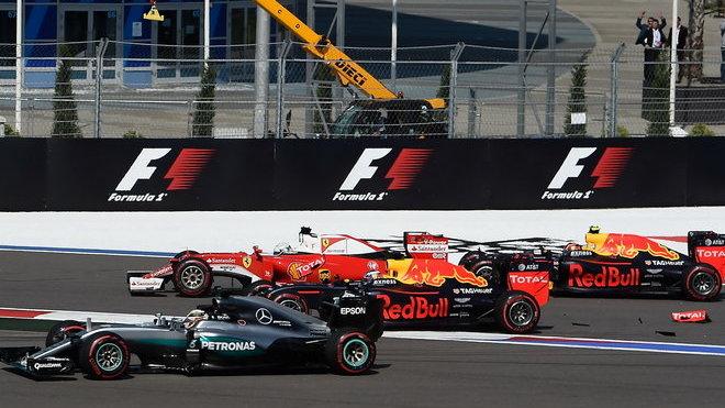Havárie Sebastiana Vettela s vozy Red Bull po startu v Soči