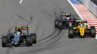 Sergio Pérez, Jolyon Palmer a Jenson Button při závodě v Soči