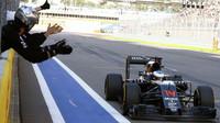 Fernando Alonso v cíli závodu v Soči