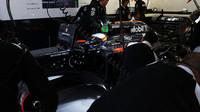 Fernando Alonso při kvalifikaci v boxech v Soči
