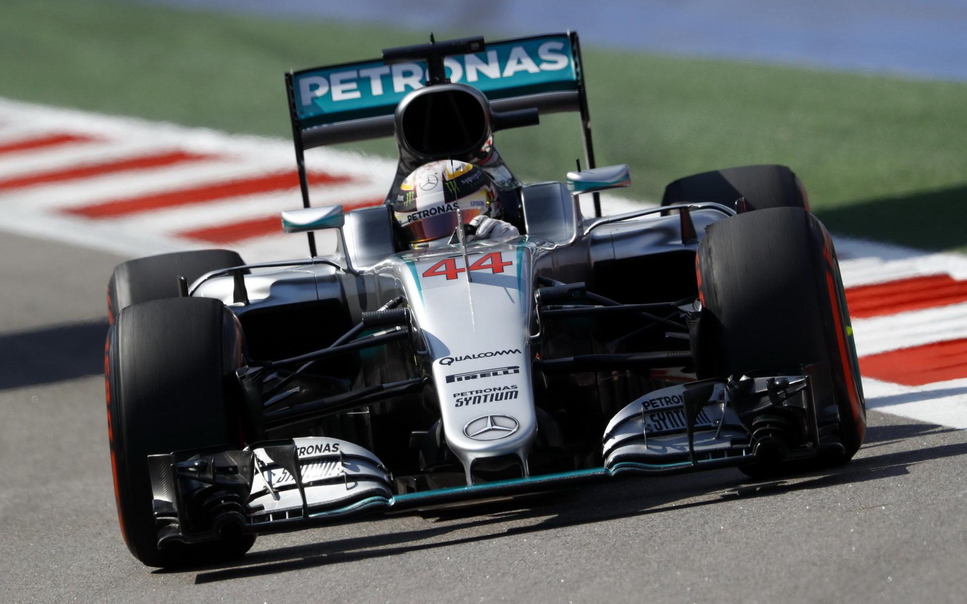 Mercedes dokázal zamezit penalizaci Hamiltona, jeho motor opravil - anotační foto