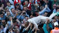 Nico Rosberg se raduje z vítězství se svými mechani po závodě v Soči