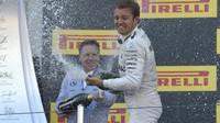 Nico Rosberg oslavuje vítězství na pódiu po závodě v Soči