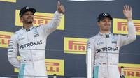 Lewis Hamilton a Nico Rosberg na pódiu po závodě v Soči