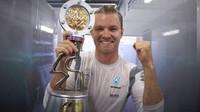 Nico Rosberg se svou trofejí po závodě v Soči