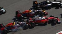 Havárie Daniila Kvjata se Sebastianem Vettelem po startu v Soči