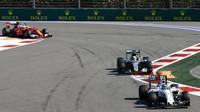 Valtteri Bottas, Lewis Hamilton a Kimi Räikkönen při závodě v Soči