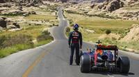 FOTO: Red Bull vyrazil s vozem F1 za krásou pouště Wadi Rum