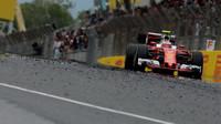 Kimi Räikkönen za použití DRS při tréninku v Barceloně