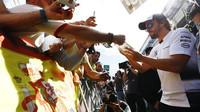 Fernando Alonso při autogramiádě v Barceloně