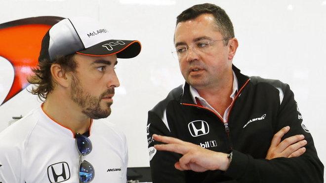 Fernando Alonso a závodní ředitel Eric Boullier v Barceloně