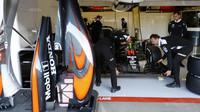 Tým McLaren při tréninku v Barceloně