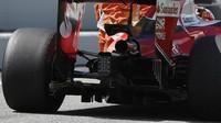 Výfuk a difuzor vozu Ferrari SF16-H při tréninku v Barceloně